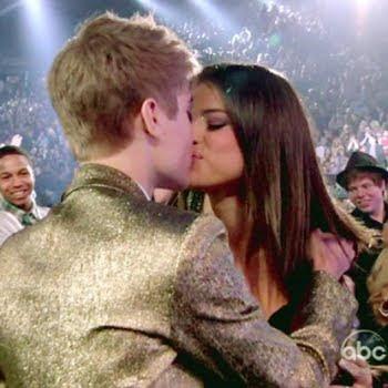 justin y selena besandose
