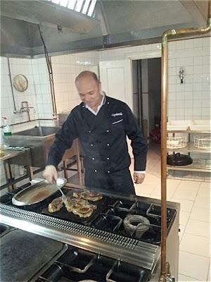 Esteban Capdevila preparando carne de buey en el Hogar Vasco. Blog Esteban Capdevila