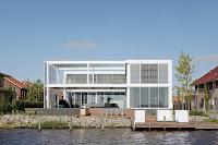 fachada de vivienda moderna de lago de lujo