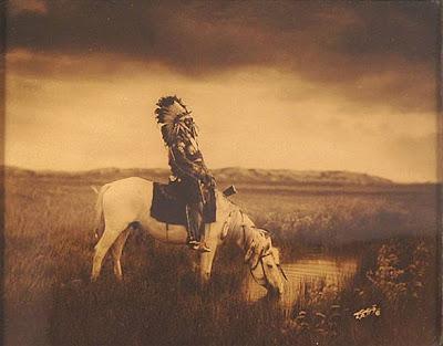 """Poema """"Yo amo una raza hermosa que nació en América"""", de Carlos de la Rica. L. Ref: Mercedes Escolano, """"Estelas"""" Col. La piedra que habla, Ed. El toro de Barro, Carlos Morales Ed. PVP: 10 euros Pedidos a: edicioneseltorodebarro@yahoo.es"""
