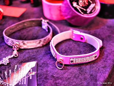 Im Vorbeigehen erwischt, deshalb etwas unscharf: Rosa Halsband mit Strass