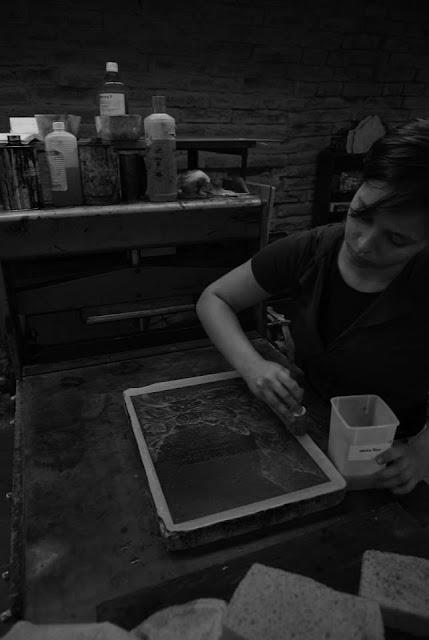 Anna Andropova bei der Arbeit in der Lithografie Werkstatt der Burg Giebichenstein