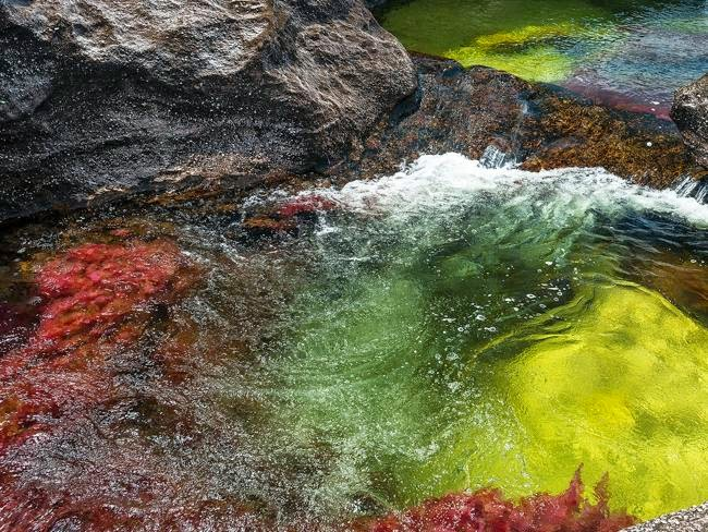 Warna air yang terlihat beraneka warna