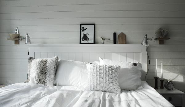 tavla i sovrummet, tavlor sovrum, renoverat sovrum i vitt och trärent, print, prints, Liggande vit panel på väggen med plank. Sänglampor från IKEA. Klämspot i sovrummet. Säng från SOVA. Huvudgavel i vit trä. Sovrum 2013. Svartvit artprint på väggen från Design Canvas Varberg. Sängkläder från eightmood.
