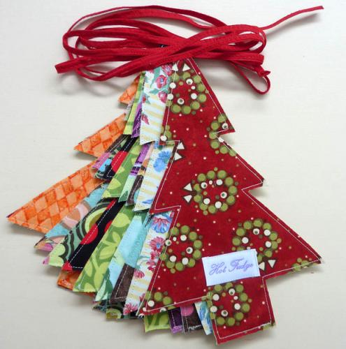 si quedan muchos flecos los recortas y ya est puedes coserles una cinta en el extremo para atarlas al rbol tambin puedes combinar telas
