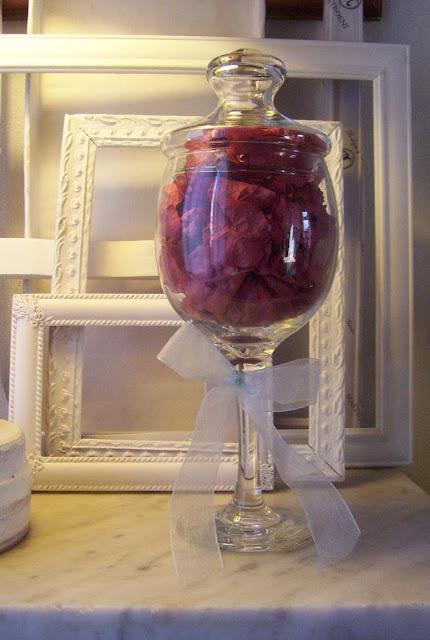 Arreglo de mesa con flores deshidratadas de Santa Rita en copa de pie alto decorativa