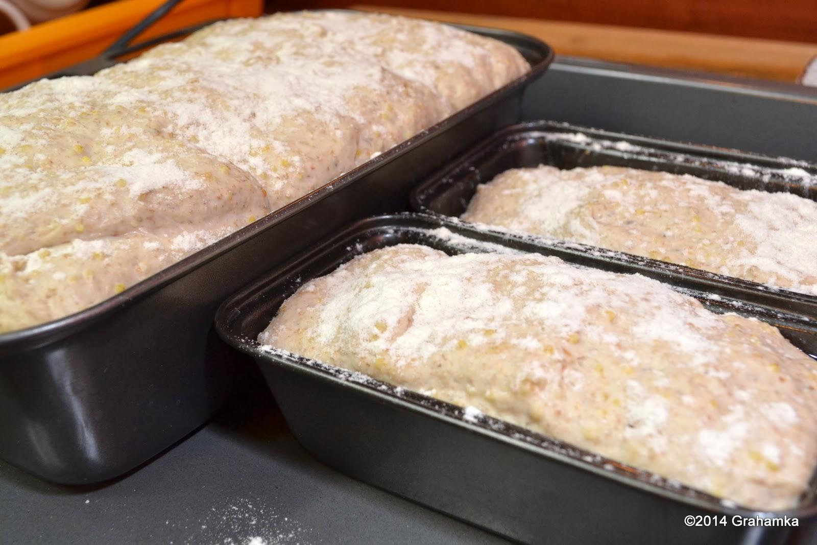 Chleb wyrasta. Niedługo wjedzie do piekarnika.