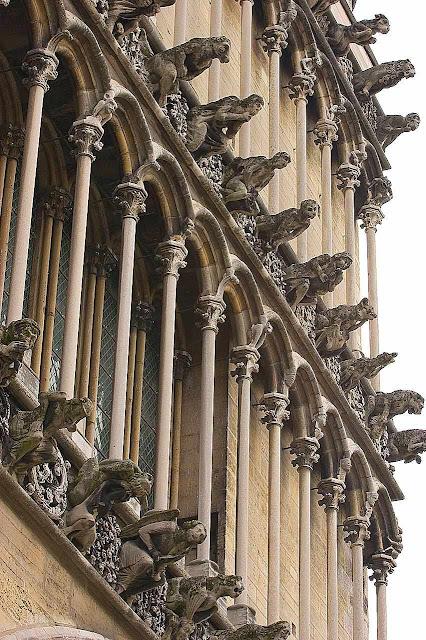 Las gárgolas de la catedral de Dijon sentían mucho frío en Navidad