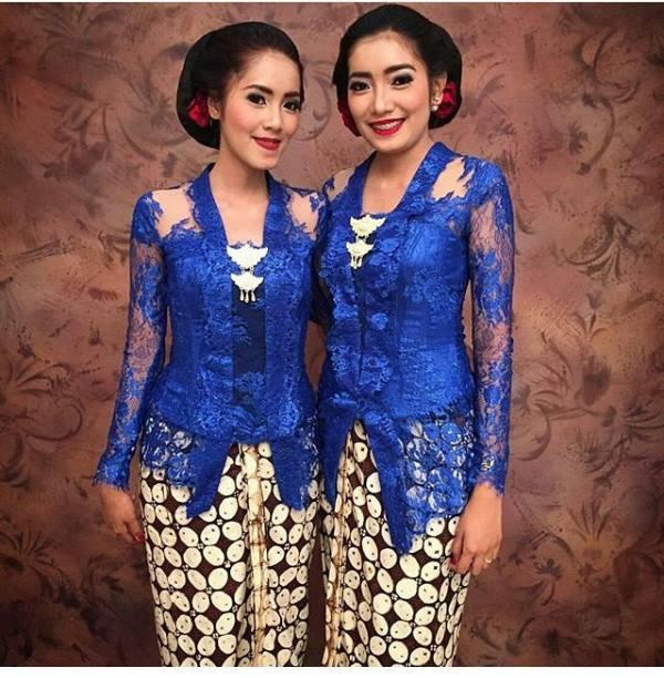 kebaya broklat warna biru dengan rok motif batik kawung