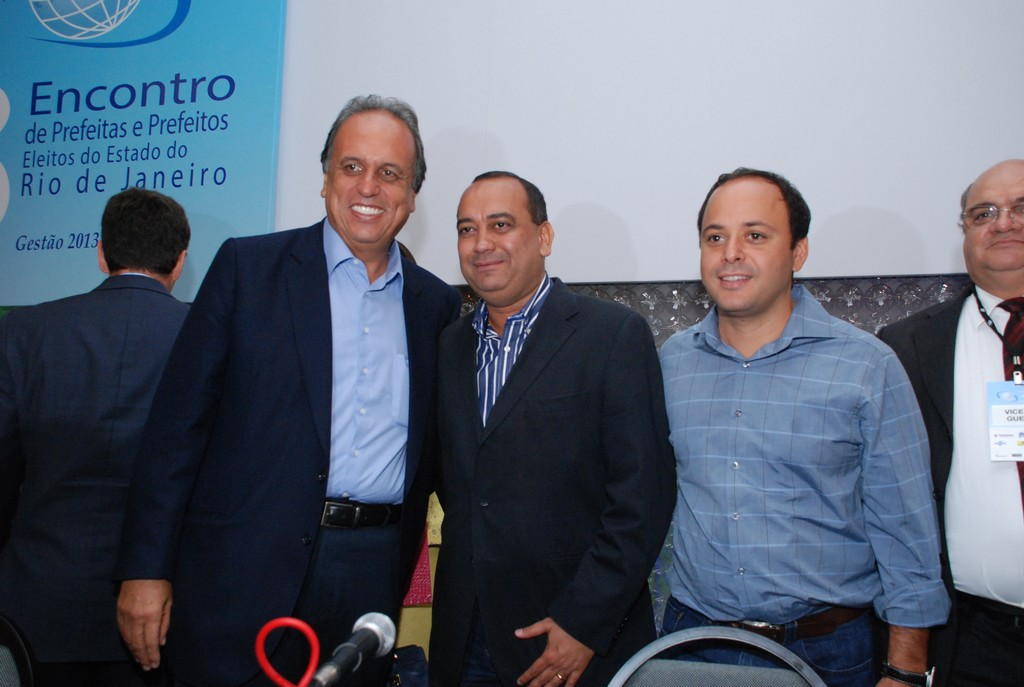 Vice-Governador Pezão com os prefeitos de Queimados, Max Lemos, e de Niterói, Rodrigo Neves, eleitos para nova diretoria da Aemerj
