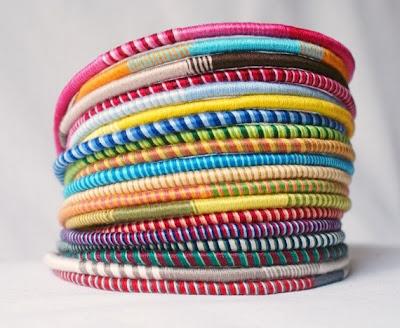 Pulseras con hilos de colorines