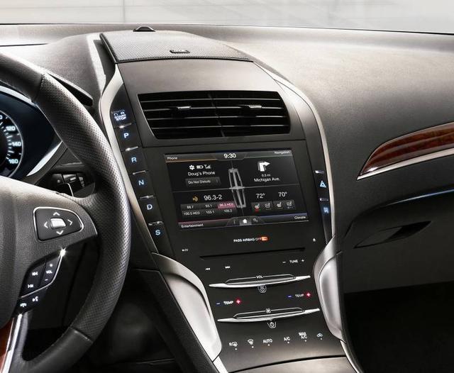 2013-Lincoln-MKZ-studio-center-console