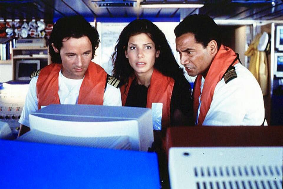 Баллок сыграла в сиквеле фильма «Скорость» - «Скорость-2: Контроль над круизом»