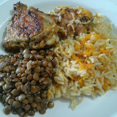 Frango com lemon pepper e gergelim preto com arroz e lentilha