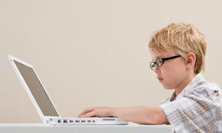 """CIUDAD DE MÉXICO (CNNExpansión) — Los niños han dejado los juguetes tradicionales y han emigrado hacia las redes sociales; para muestra, el estudio que presenta este jueves Trend Micro, que revela que la edad promedio en la que los infantes ingresan a estas plataformas virtuales es a los 12 años.  """"En relación a este involucramiento en las 'social networking' de los hijos, más de la mitad de los padres encuestados confiesan estar preocupados """"con frecuencia"""" por la privacidad de sus hijos en estos sitios"""" explica la consultora de seguridad tecnológica. La investigación titulada 'Estudio Global de Seguridad y Uso"""
