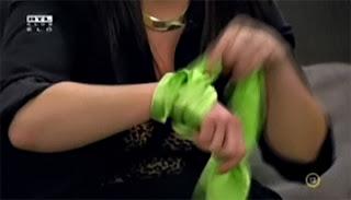 A VV5 zöld kendő Eszter kezén