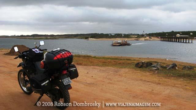 viagem de moto - travessia de balsa no uruguai
