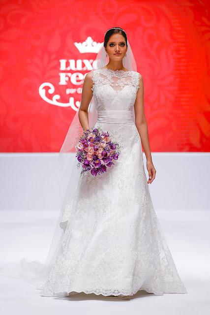vestido de noiva desfile buque roxo
