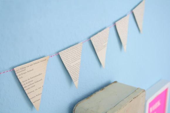Selbstgebastelte Wimpelkette aus Altpapier