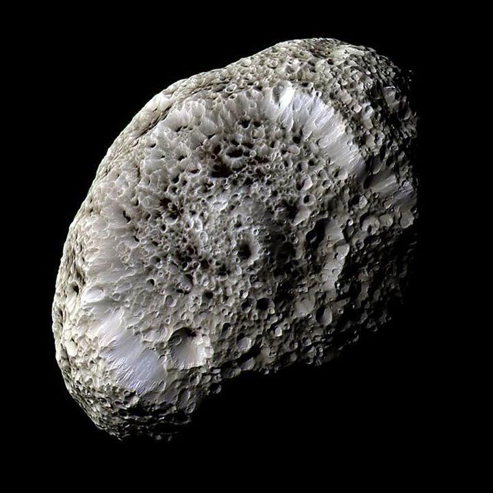 Universo Eléctrico. Demostrada la carga eléctrica de Hiperión, una de las lunas de Saturno