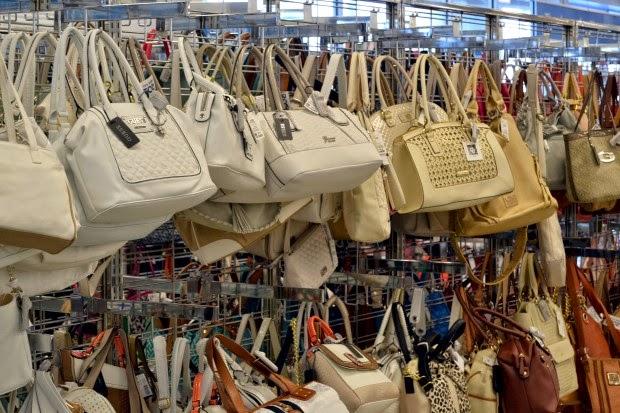 48b813181aca1 Tem bolsas da Guess, Calvin Klein, Tommy Hilfiger, Nine West, e muito mais!