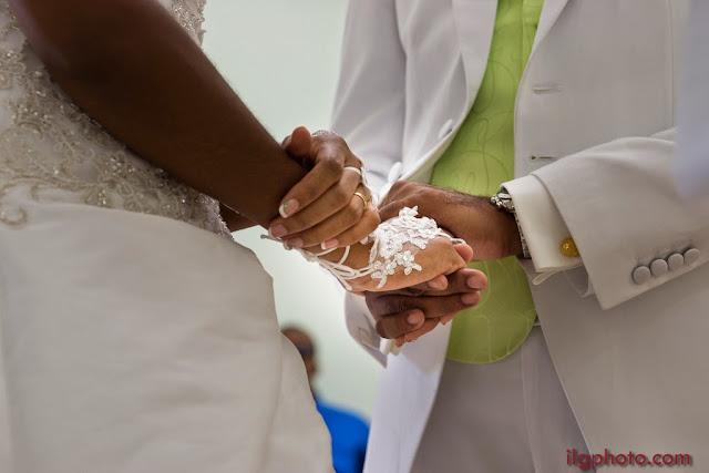 les mains jointes des mariés