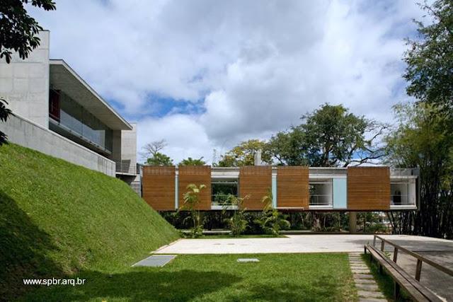 Vista de los dos sectores de la moderna casa a diferente altura