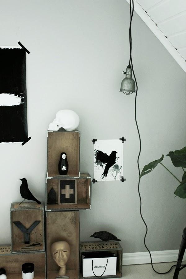 posters, prints, tavlor, svart och vitt, inredning, inspiration tavlor, trälådor mot väggen, televerket lådor, diy eames fågel, svarta fåglar, korp, träfåglar, chanel, rysk trädocka, svarta detaljer i inredningen, arbetsrum, ateljé, hängande lampa, grå vägg
