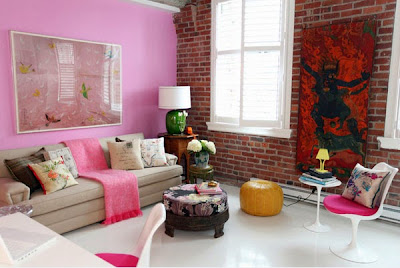 interior hangat dengan aksen dinding batu bata