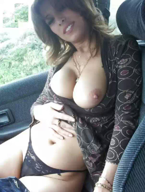 Desi Bhabhi Exposing Her Boobs indianudesi.com