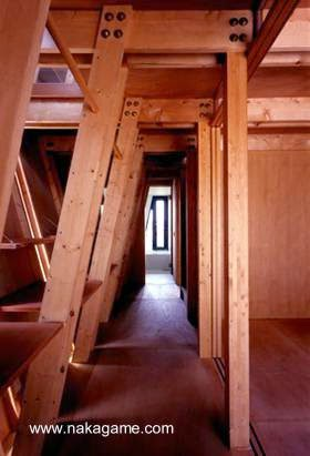 Planta baja, pasillo entre la estructura de madera