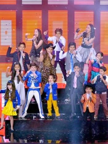 Alumnos (sin talento) de La Academia Kids 2014, durante un concierto del mismo | Ximinia