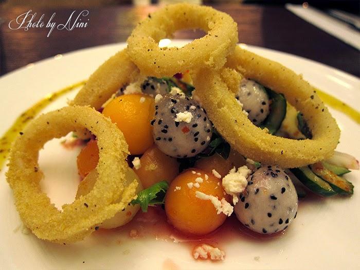【台北東區新餐廳】 A COMMUNITY Restaurant & Bar。南洋風味鮮果沙拉附黃金中卷