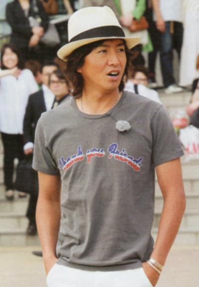 帽子にTシャツのラフな格好の木村拓哉