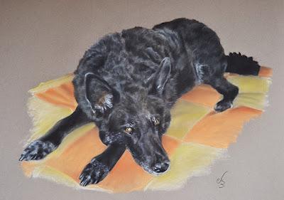 Retrato a pastel de una perra negra de cuerpo entero tumbada