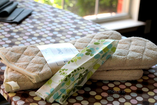 Customize an oven mitt with a few scraps and a spare 5 minutes! Tutorial by Make It Handmade