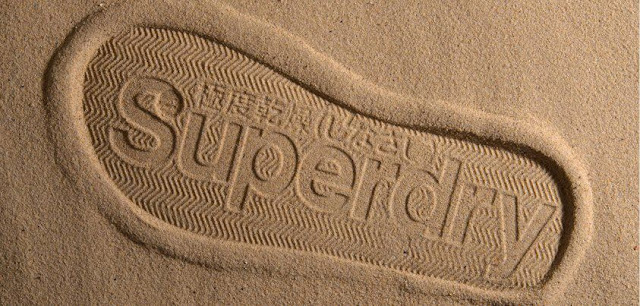 Logo de Superdry impreso en la arena