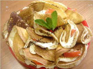 crepes salate, robiola lavorata con olio sale e pepe con pomodoro