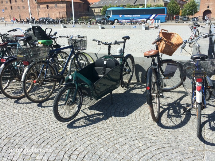 """Geparkte Fahrräder vor dem """"Schwarzen Diamant"""", der Königlichen Bibliothek in der Innenstadt von Kopenhagen"""