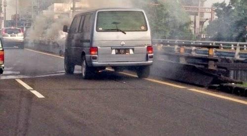 VW Terbakar di Tol Cawang, Lalin Sempat Ditutup 30 Menit