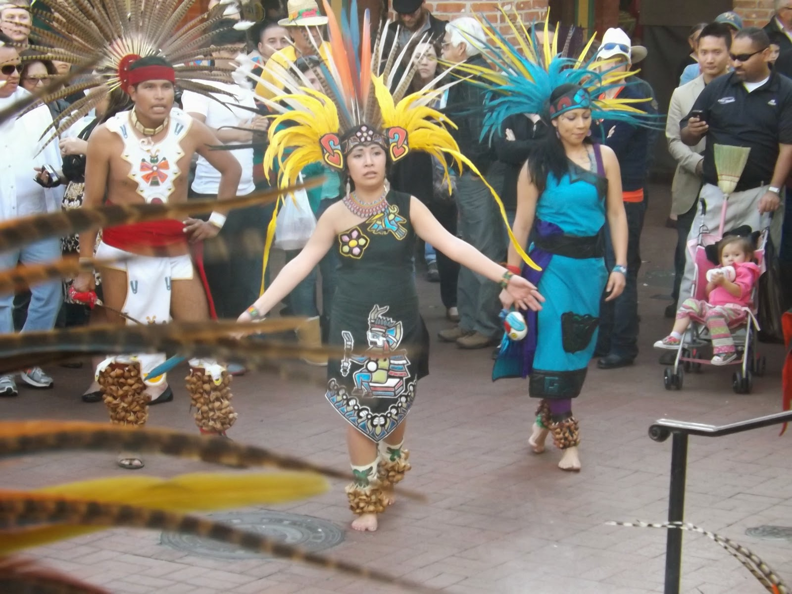На этот праздник индейцев мы попали случайно. Ехали прогуляться по набережной Сан Антонио. Около стоянки машин услышали шум барабанов и пошли на звук... а там настоящий праздник! Индейцы отмечали день независимости танцами, развлекая толпу зевак.  Зрелище было увлекательным. Красочные костюмы и бой барабанной музыки заставляли двигаться в ритме танца. Я сняла видео с этого праздника, которое будет в конце... и много-много фото