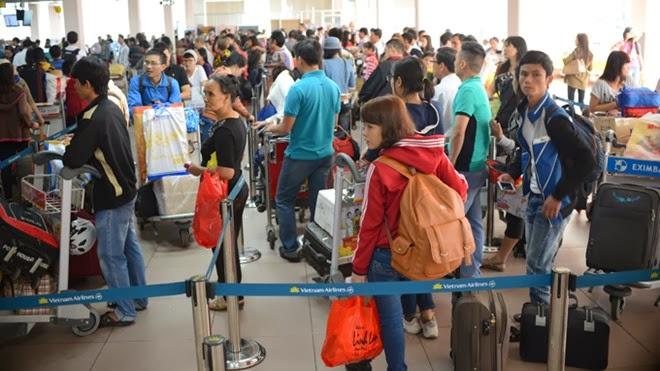 Sân bay chật cứng, trễ một phút không được đi