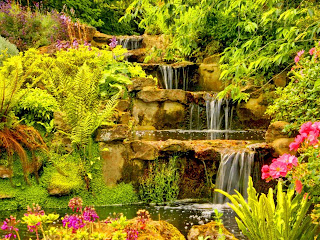 Cascada sobre fondo verde