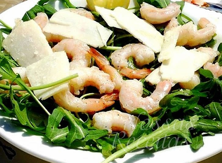 Receita de Salada preparada com de rúcula e camarão