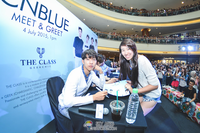The precious moment that all boice wanna have. How I wish I could take every single group photo for you guys