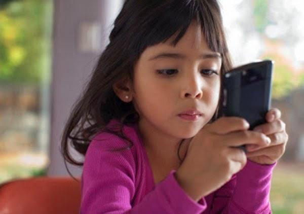 Tư 12 tuổi, trẻ nên có điện thoại riêng