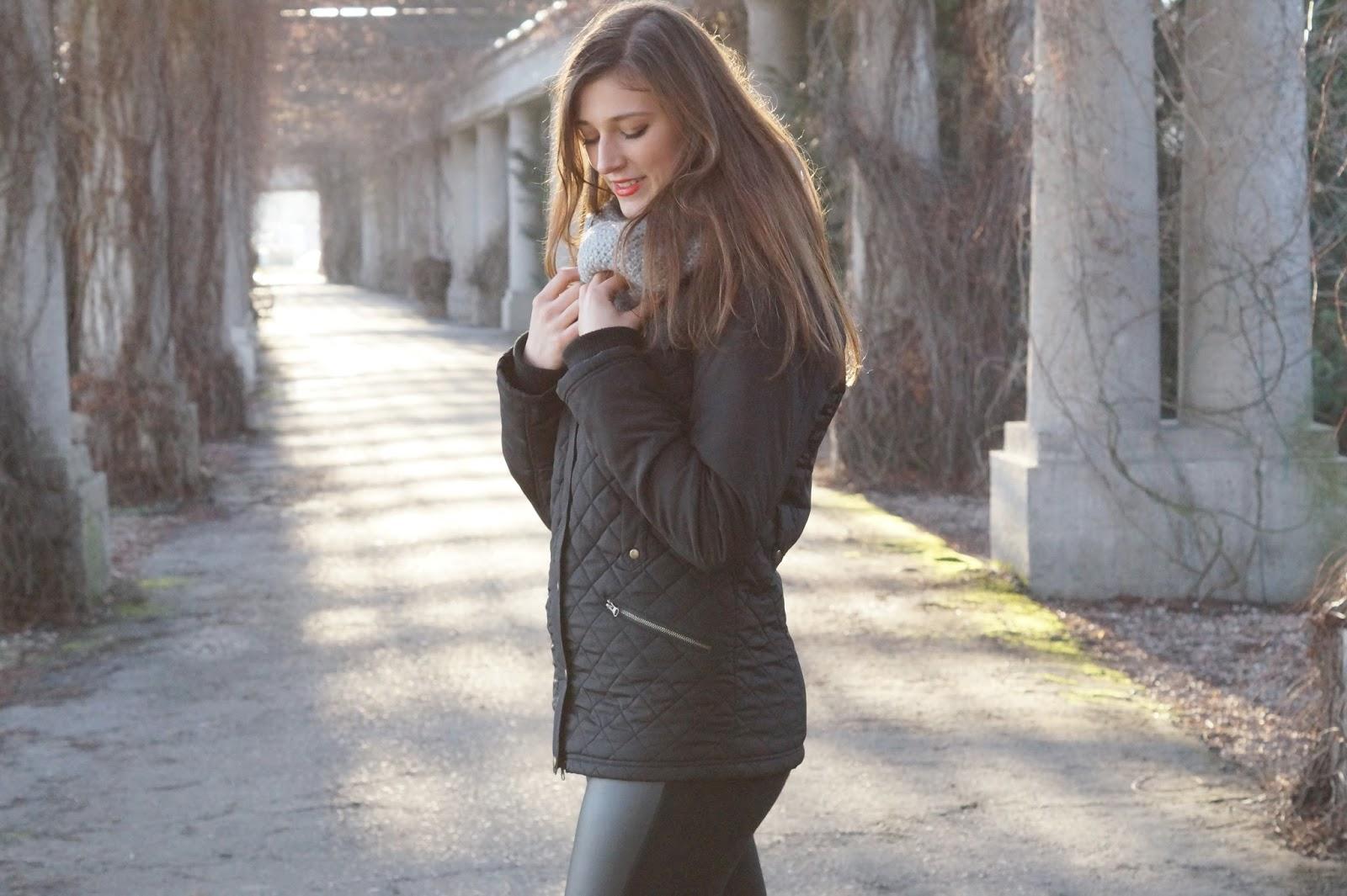 czarna pikowana kurtka stylizacje