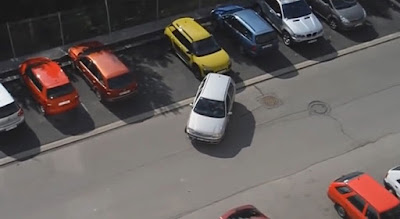 Το μαεστρικό παρκάρισμα μιας ξανθιάς Τσέχας