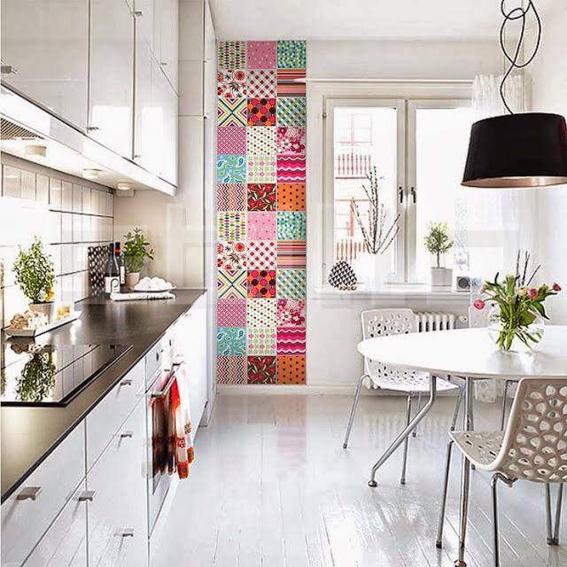... cozinha branca com adesivo imitando ladrilhos hidr?ulicos!!! Amei
