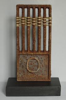 Assemblage escultura hecha con dos piezas de hierro y cordel - ImaPerezAlbert
